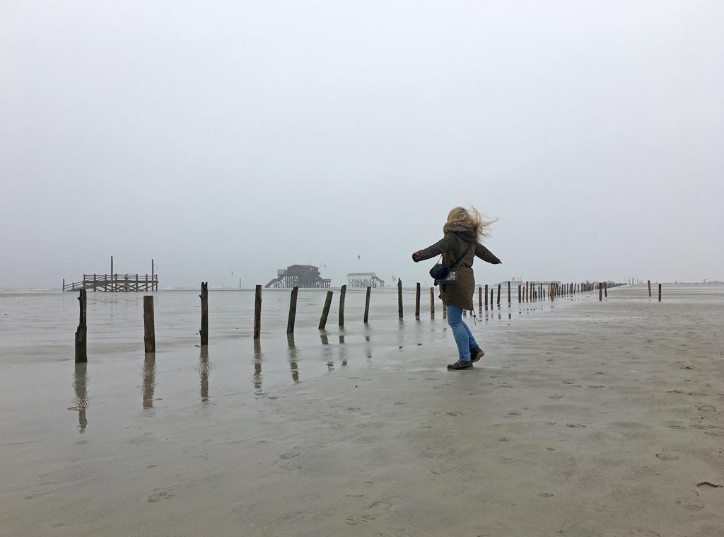Mädchen dreht sich Strand St. Peter-Ording