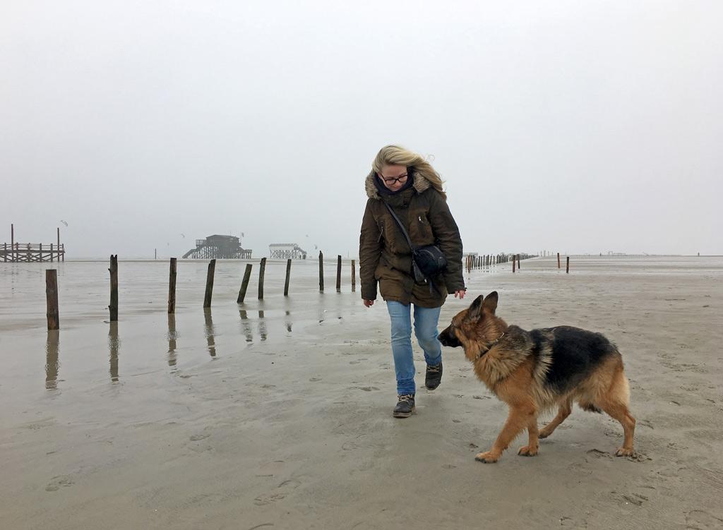 Mädchen mit Hund St. Peter-Ording