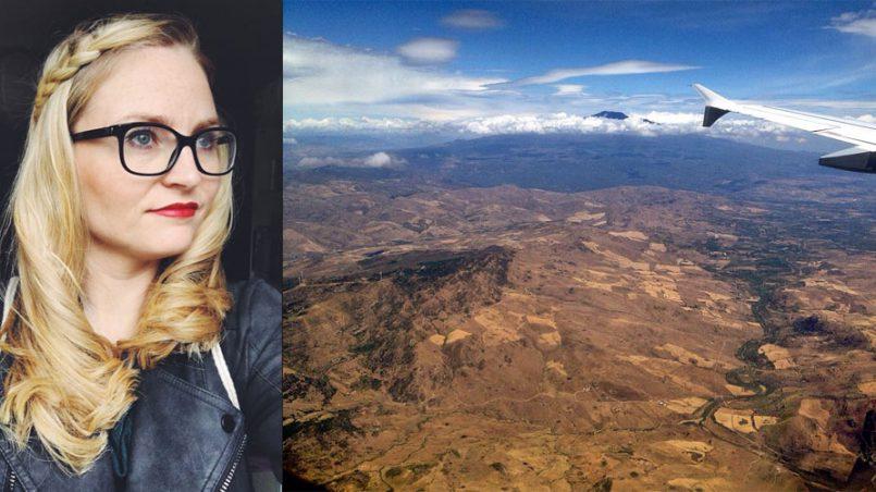 Frau Flugzeug über Sizilien und Ätna