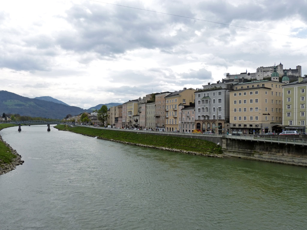 Häuser Flussufer Salzburg