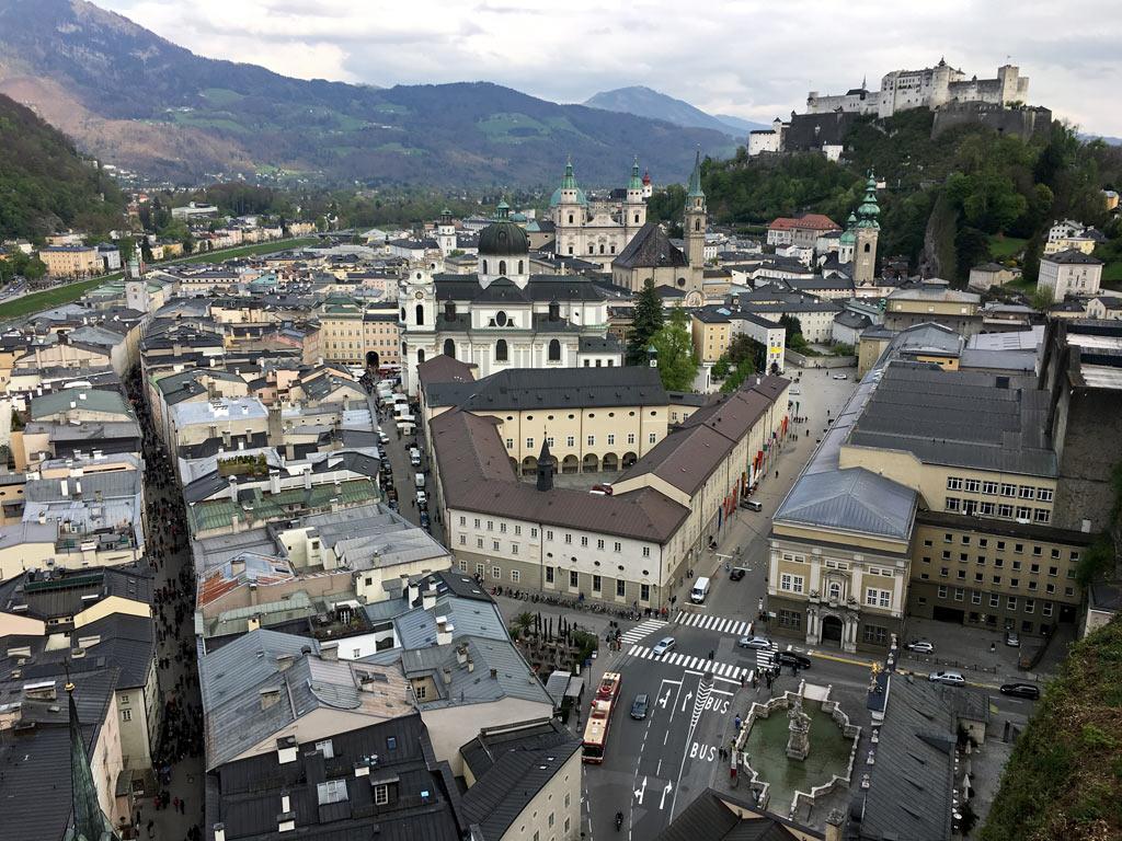 Innenstadt Salzburg mit Häusern und Festung