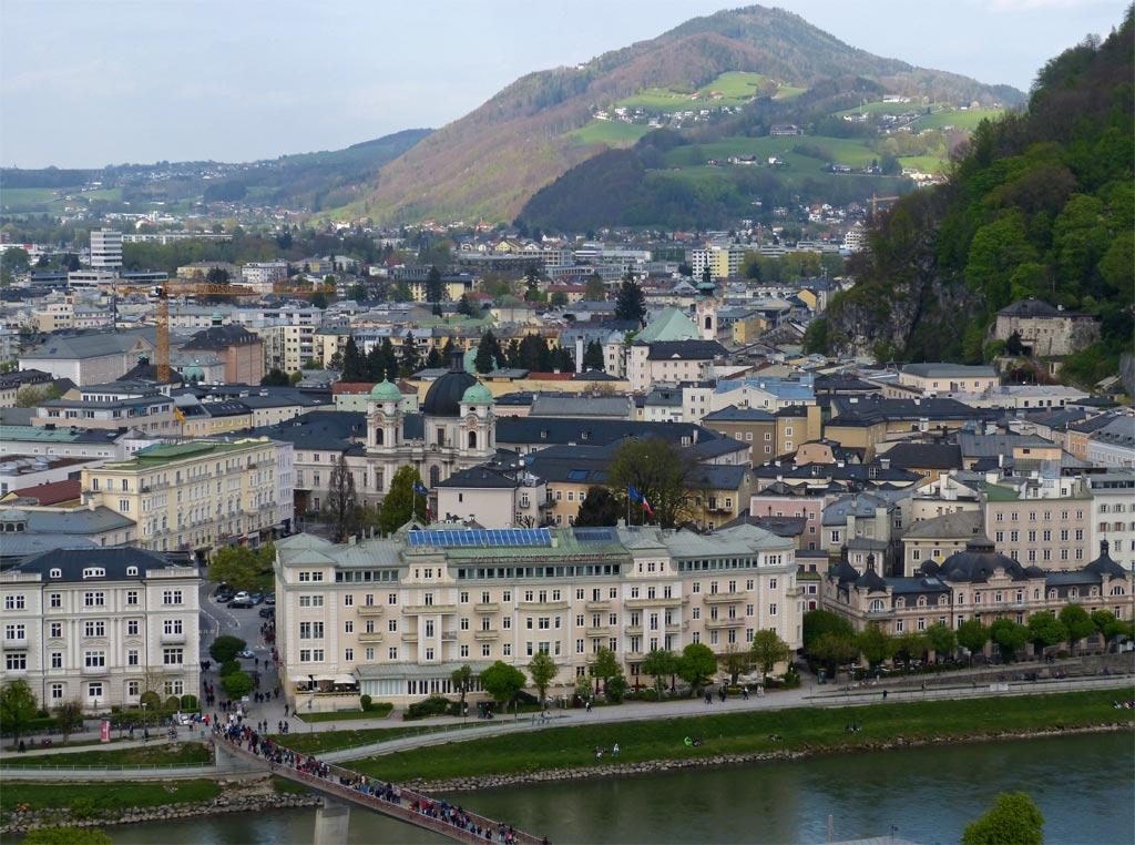 Fluss und Häuserfront in Salzburg