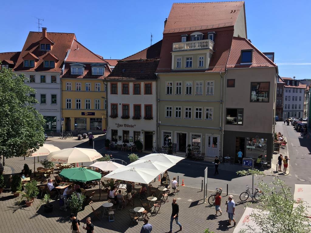 Bunte Häuser Sonnenschirme in Erfurt