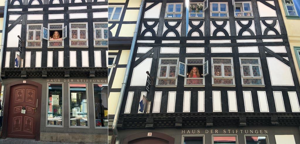 Frau schaut aus Fenster Krämerbrücke Erfurt