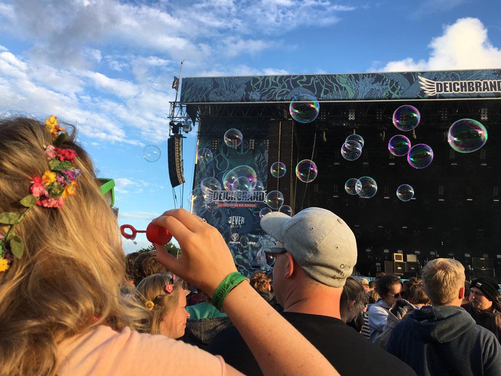 Mädchen Seifenblasen Konzert