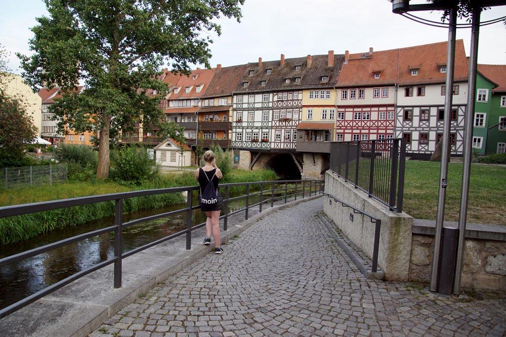 Frau fotografiert Krämerbrücke Erfurt