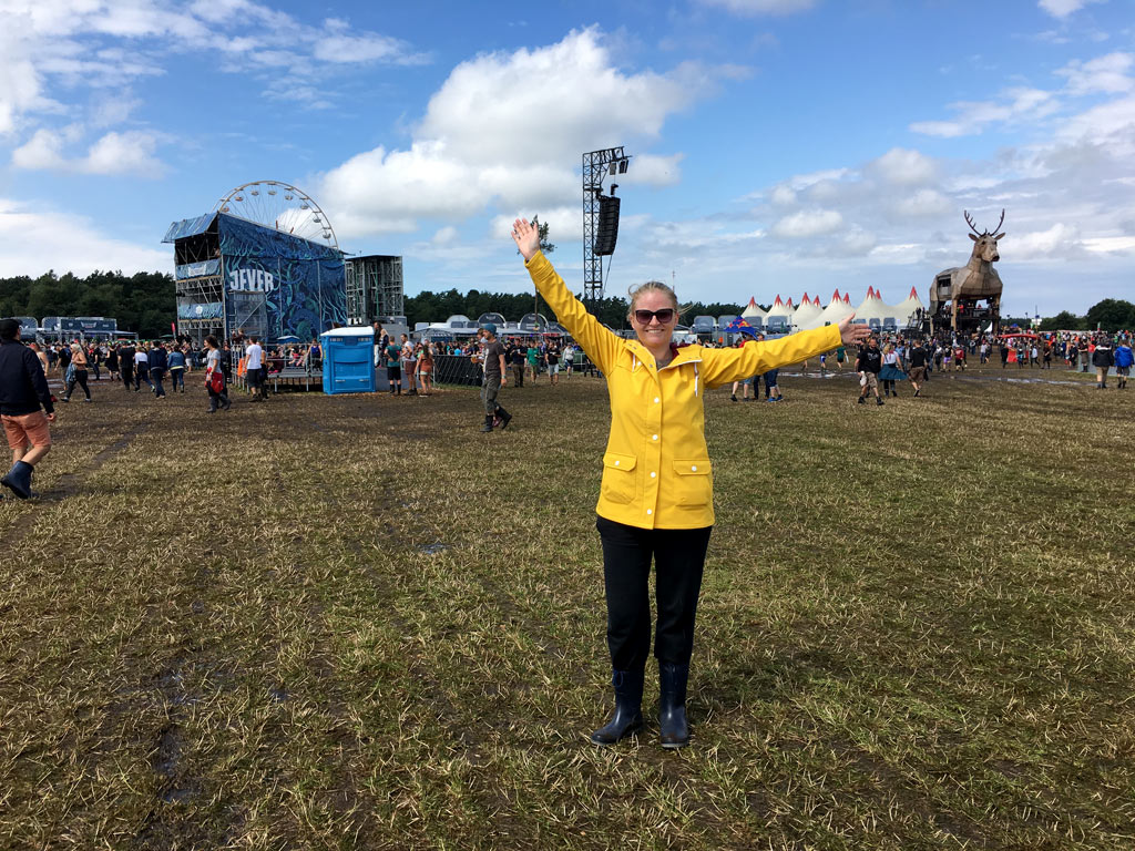 Frau gelbe Regenjacke auf Festival