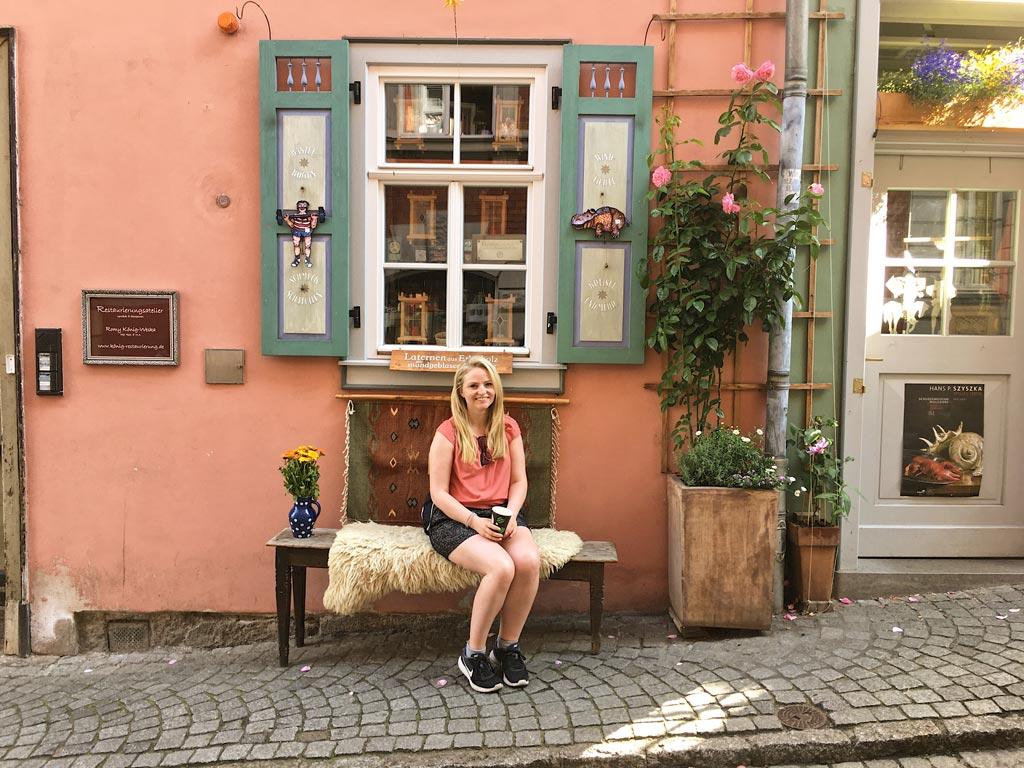 Frau Sitzbank roa Haus Krämerbrücke Erfurt