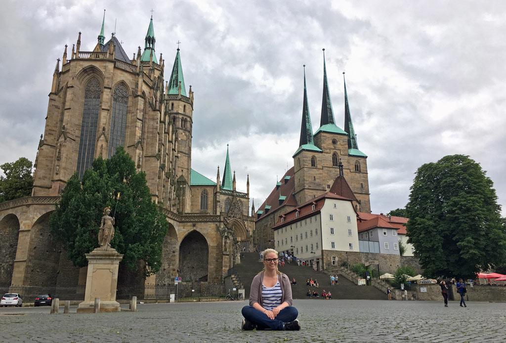 Frau sitzt Domplatz Erfurt