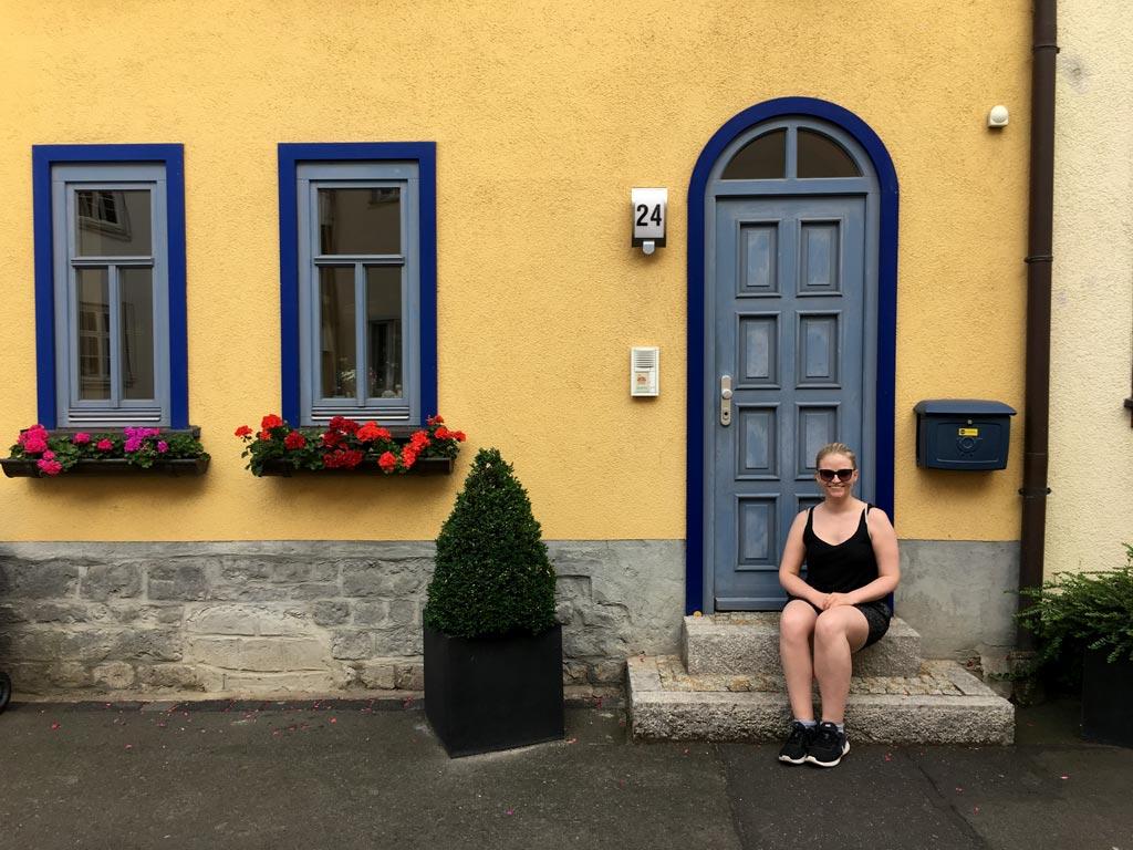 Frau gelbes Haus Erfurt