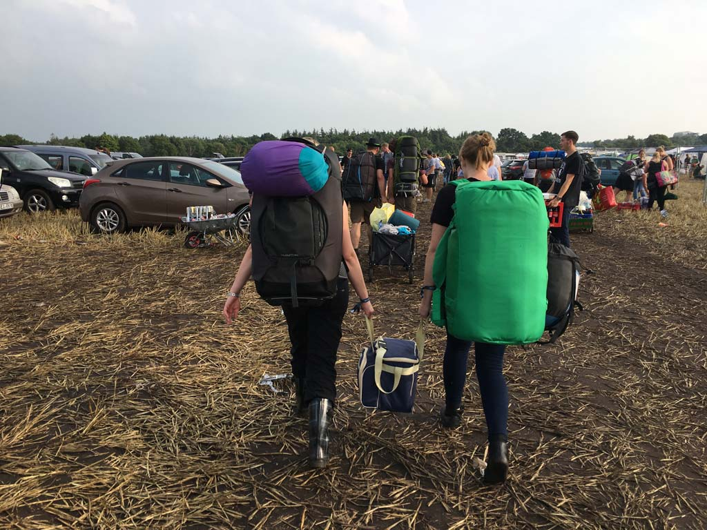 Mädels schleppen auf Festival