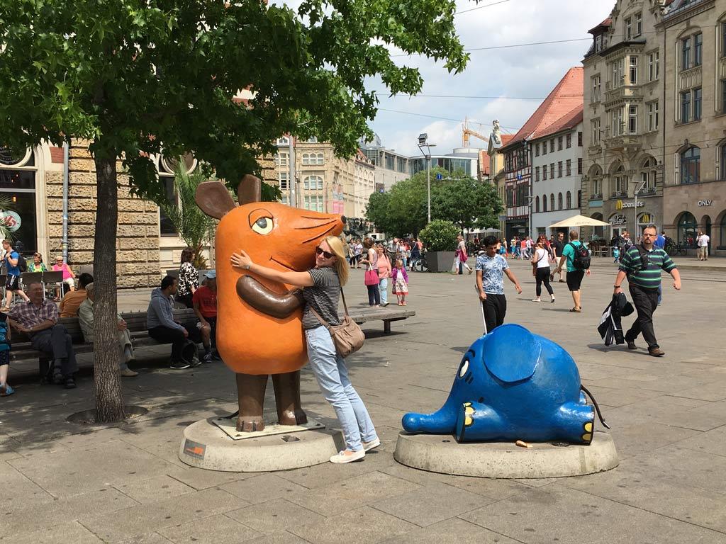 Frau umarmt Maus in Erfurt