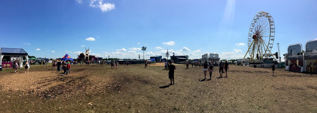 Panorama Festival Wiese blauer Himmel