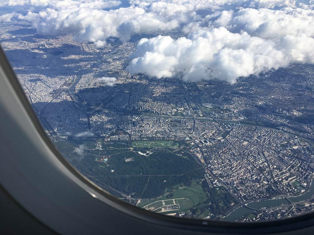 Paris von oben aus Flugzeug fotografiert